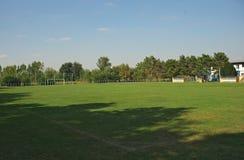Campo de fútbol vacío de un pequeño equipo local fotografía de archivo