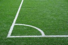 Campo de fútbol verde con las líneas de marcado blancas fotografía de archivo