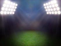 Campo de fútbol verde, proyectores brillantes Imagen de archivo