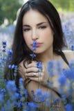 Campo de flor hermoso del azul de la mujer joven i Imagen de archivo