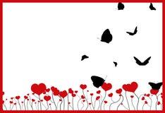 Campo de florescência com corações vermelhos, quadro e as silhuetas pretas de voo das borboletas no branco Imagens de Stock