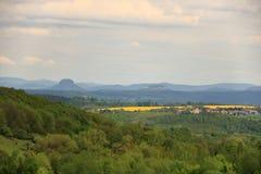 Campo de floresc?ncia da colza em Saxony, Alemanha fotos de stock royalty free