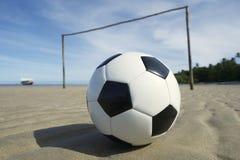 Campo de fútbol brasileño de la playa con el balón de fútbol Imagenes de archivo