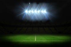 Campo de fútbol debajo de proyectores Foto de archivo libre de regalías