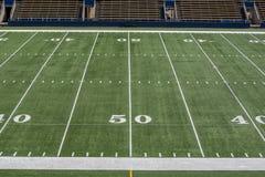Campo de futebol americano com linha de jardas 50 Fotografia de Stock Royalty Free