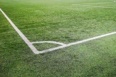 Campo de futebol de canto, campo de futebol artificial da grama da marca de canto do giz imagem de stock royalty free