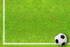Campo de futebol com esfera Fotos de Stock Royalty Free