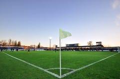 Campo de futebol com uma bandeira de canto Imagens de Stock