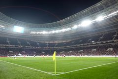 Campo de futebol Futebol do relógio dos povos dos suportes Fotografia de Stock