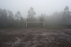 Campo de futebol enlameado imagens de stock