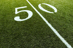 Campo de futebol na linha de jardas 50 fotografia de stock royalty free