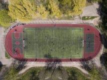 Campo de futebol real - opini?o a?rea da pena superior fotografia de stock