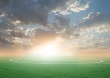Campo de futebol verde do futebol com o céu azul foto de stock royalty free