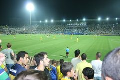 Campo de futebol verde, futebol israelita, jogadores de futebol no campo, jogo de futebol em Tel Aviv Campeonato do mundo de FIFA fotografia de stock royalty free