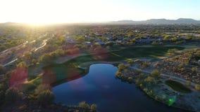 Campo de golf aéreo de Arizona con la llamarada de la lente almacen de metraje de vídeo