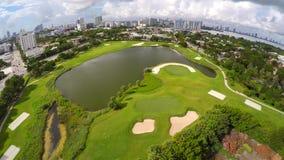 Campo de golf aéreo 4k almacen de metraje de vídeo