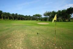 Campo de golf con el indicador Imagen de archivo libre de regalías