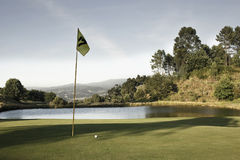 Campo de golf con las montañas en el fondo Imágenes de archivo libres de regalías