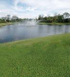 Campo de golf con opiniones del lago Fotografía de archivo