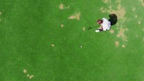 Campo de golf con un hombre que juega en él en una visión superior almacen de video