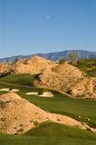 Campo de golf del desierto con la luna del día foto de archivo