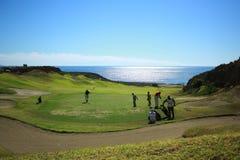 Campo de golf delante del océano Fotos de archivo libres de regalías