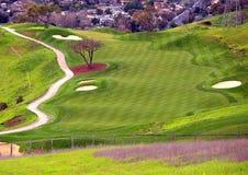 Campo de golf en la colina Imágenes de archivo libres de regalías