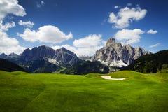Campo de golf en las dolomías italianas Fotos de archivo libres de regalías