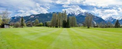 Campo de golf en montañas Fotos de archivo libres de regalías