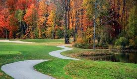 Campo de golf hermoso en caída Imagen de archivo libre de regalías