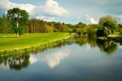 Campo de golf idílico en el río Foto de archivo