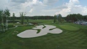 Campo de golf de la visión aérea, charcas y céspedes verdes del campo de golf Arcones de la arena en el campo de golf hermoso Imagen de archivo libre de regalías