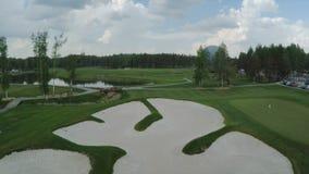 Campo de golf de la visión aérea, charcas y céspedes verdes del campo de golf Arcones de la arena en el campo de golf hermoso Imagen de archivo