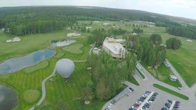 Campo de golf de la visión aérea, charcas y céspedes verdes del campo de golf Arcones de la arena en el campo de golf hermoso Imágenes de archivo libres de regalías