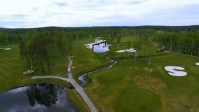 Campo de golf de la visión aérea, charcas y céspedes verdes del campo de golf Arcones de la arena en el campo de golf hermoso Fotografía de archivo libre de regalías