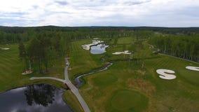 Campo de golf de la visión aérea, charcas y céspedes verdes del campo de golf Arcones de la arena en el campo de golf hermoso Fotografía de archivo