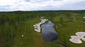 Campo de golf de la visión aérea, charcas y céspedes verdes del campo de golf Arcones de la arena en el campo de golf hermoso Foto de archivo