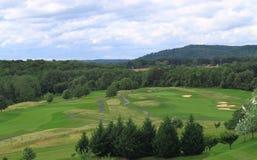 Campo de golf por la montaña imagen de archivo libre de regalías