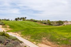 Campo de golf verde que hace frente a la montaña y al volcán de Teide en el i foto de archivo libre de regalías