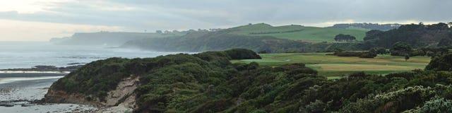 Campo de golf y océano Imagenes de archivo