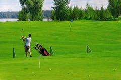 Campo de golfe com jogador Fotos de Stock Royalty Free