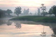 Campo de golfe com o nevoento na manhã fotografia de stock royalty free