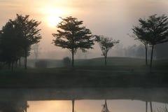 Campo de golfe com o nevoento na manhã fotografia de stock