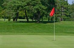 Campo de golfe da bandeira vermelha Fotografia de Stock