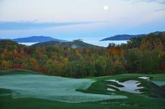 Campo de golfe da montanha do alvorecer do outono Imagens de Stock Royalty Free