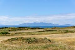 Campo de golfe do Ayrshire aos montes de Arran na distância do hazey imagem de stock