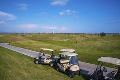 Campo de golfe do ot dos carrinhos de golfe foto de stock
