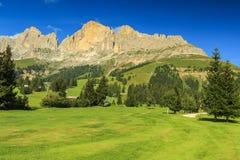 Campo de golfe e dolomites maravilhosos no fundo, Sudtirol, Itália Fotos de Stock