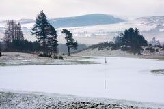 Campo de golfe em Scotland em uma manhã do inverno fotografia de stock