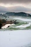 Campo de golfe em uma manhã nevado do inverno foto de stock royalty free